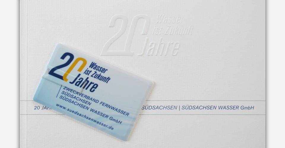 Broschüre: Umschlag mit Blindprägung und partieller Lackierung des Signets, USB-Chipkarte