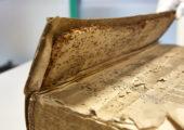Altes Buch bereit für die Restaurierung